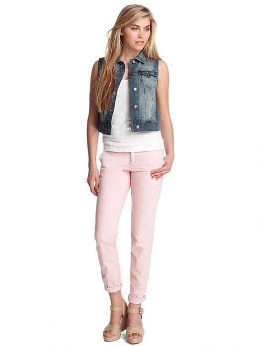 джинсовая жилетка и розовые брюки