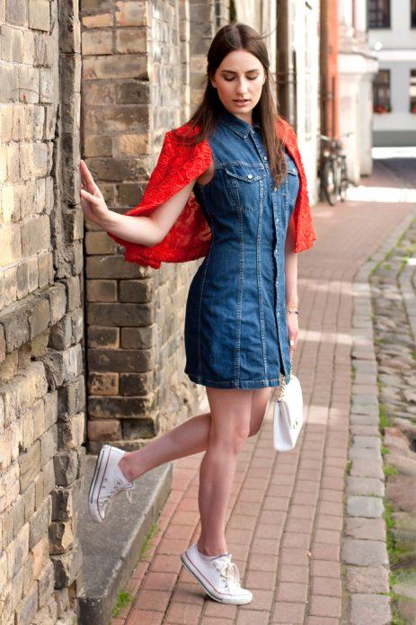 джинсовое платье с красным