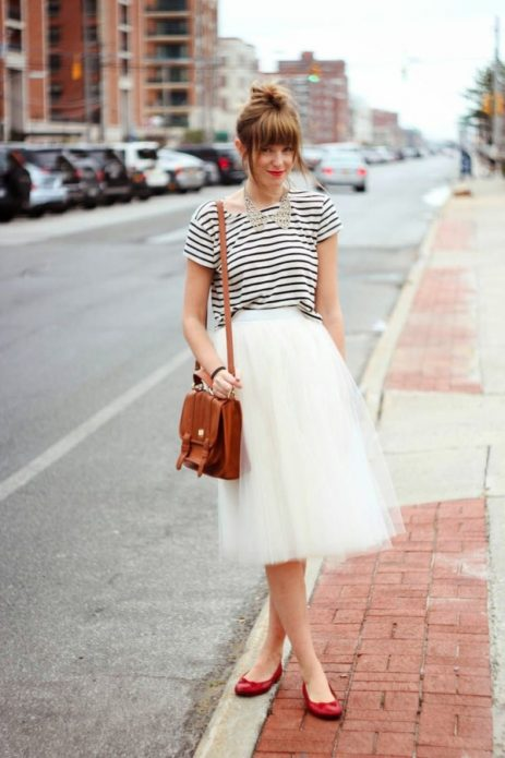 Красные балетки под полосатую кофту и пышную белую юбку