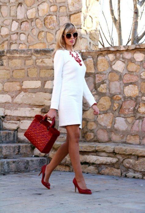 Белое платье под красные туфли, сумку и аксессуары