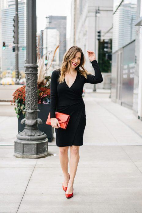 Красные туфли-лодочки под черное платье с запахом