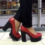 красные туфли на подошве трактор