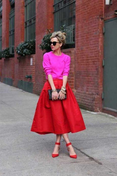 Розовый джемпер, красная юбка и туфли, черный клатч