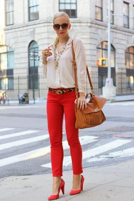 Лук с красными туфлями и брюками, белой рубашкой и коричневой сумкой в стиле кэжл