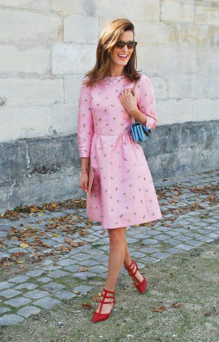 Красные туфли под розовое платье