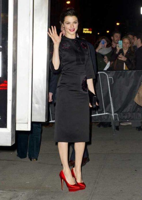 Красные туфли под черное классическое платье до колен
