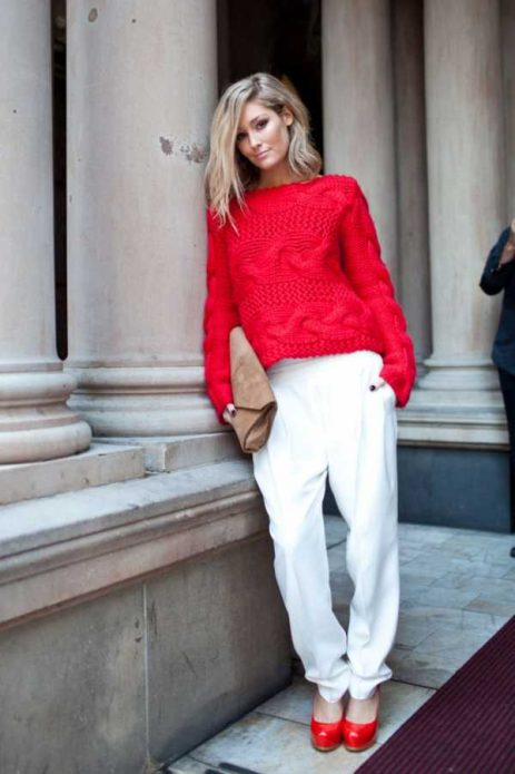 красные туфли под белые свободные брбки и красный свитер