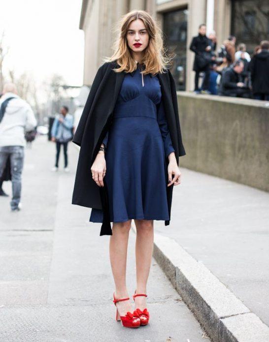 Красные туфли с бантами на каблуке под синие платье и пончо