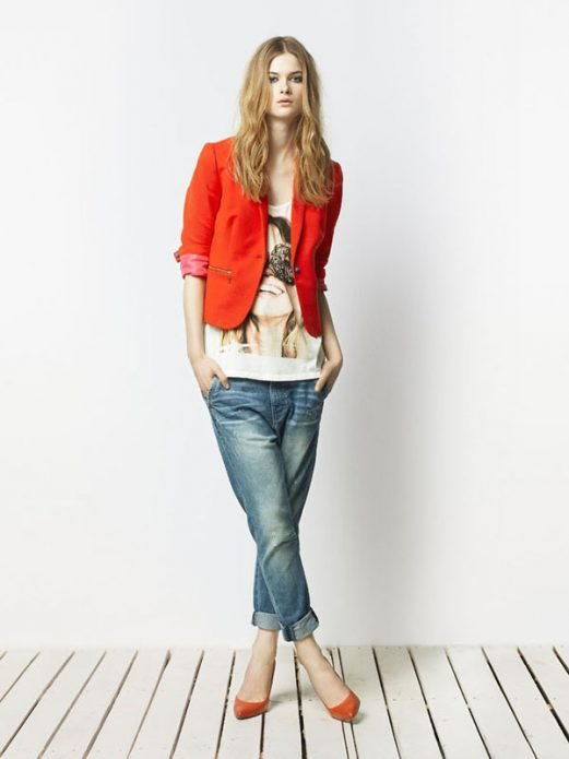 Красный пиджак с белой футболкой и джинсами под красные туфли