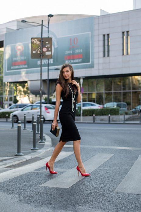 Образ с черным платьем, ниткой жемчуга и красными туфлями