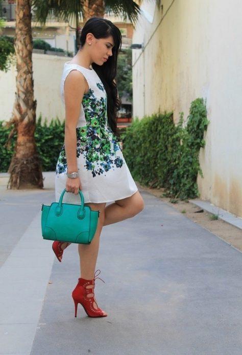 Красные туфли под белое платье с узором и бирюзовую сумку