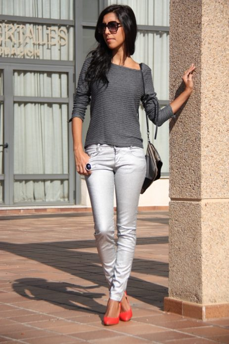 Красные туфли под серебряные брюки и серый джемпер