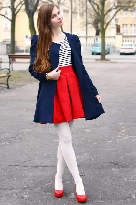 Красные туфли на белые колготки под красную юбку, полосатый джемпер и синее пальто