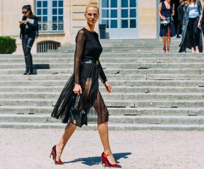Красные туфли под черное платье с прозрачной юбкой