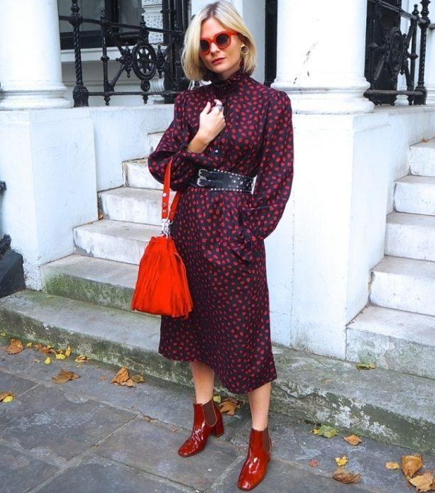 Красные закрытые туфли под бордовое платье с узором