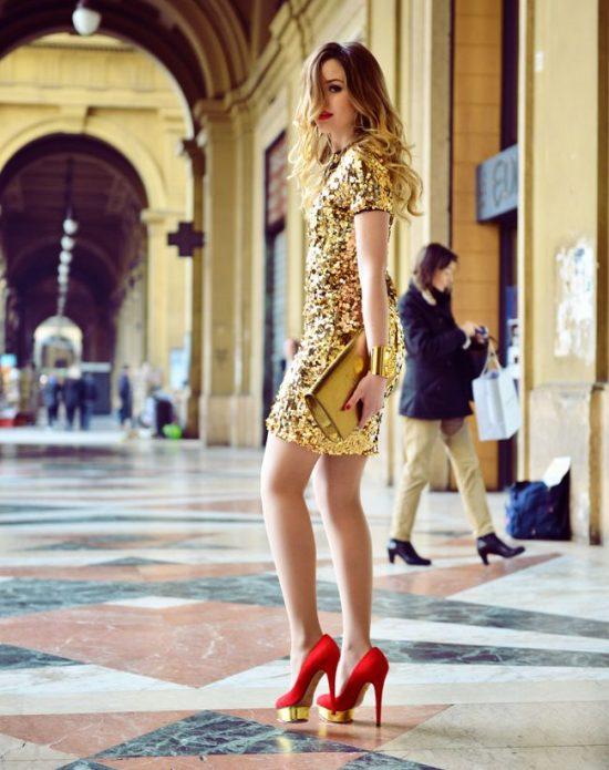 Платье с золотыми пайетками под красные туфли на каблуке