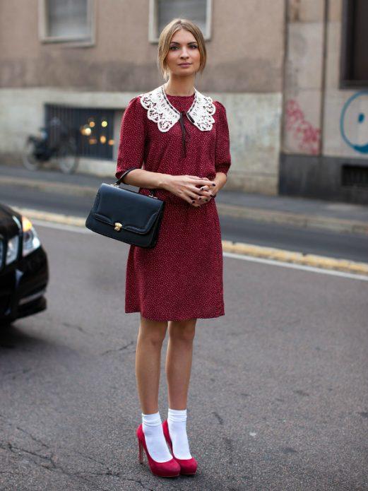 Розовые туфли с носками, бордовое платье в горох с белым воротником