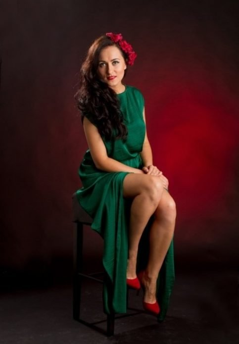 Изумрудное платье под красные туфли