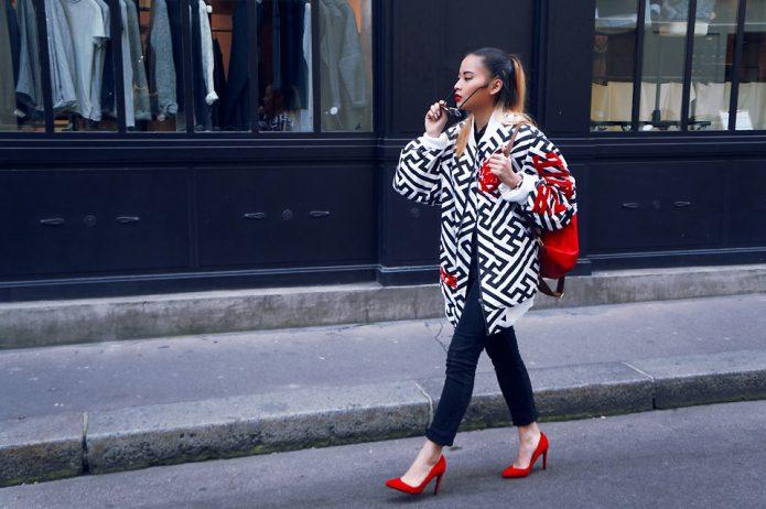 Красные туфли и рюкзак, черно-белое пальто и джинсы
