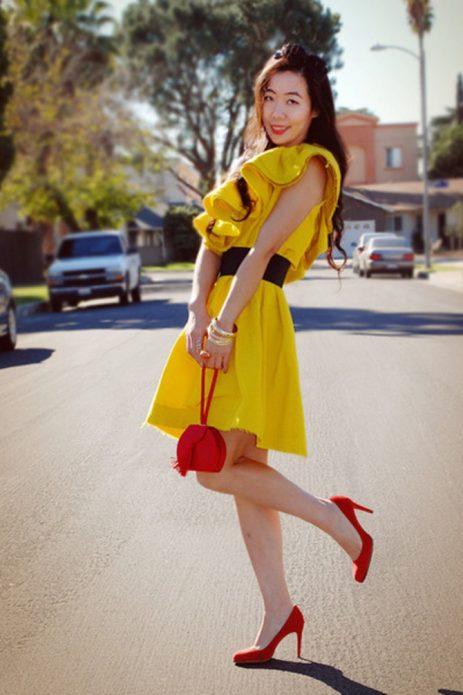Красные туфли под жёлтое платье