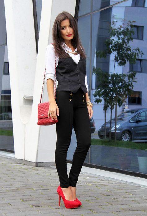 Белая рубашка, черный костюм с жилеткой, красная сумка и туфли