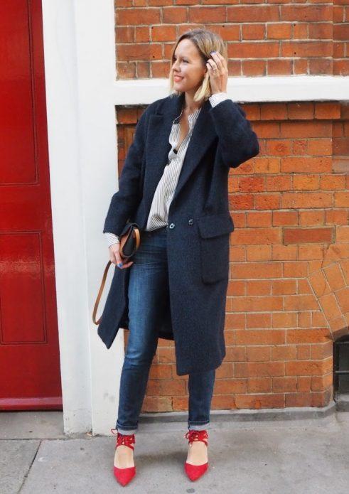 Красные туфли с джинсами, рубашкой в полоску и пальто оверсайз
