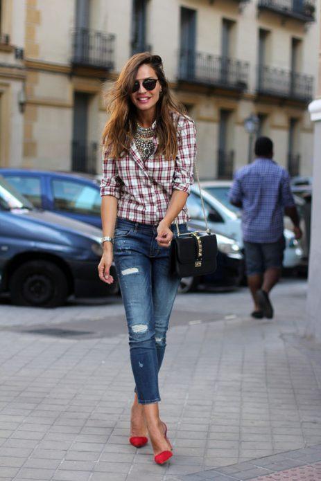 Красные туфли под клетчатую рубашку и рваные джинсы