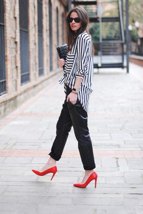 Красные туфли под свободные черные брюки и полосатую рубашку