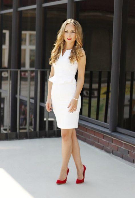 Красные бархатные туфли под облегающее белое платье до колен
