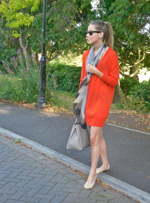 Бежевые балетки и оранжевое платье с шарфиком