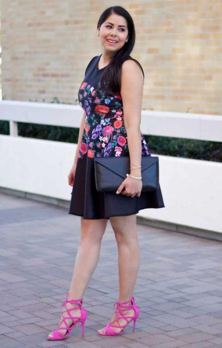 платье с принтом с босоножками