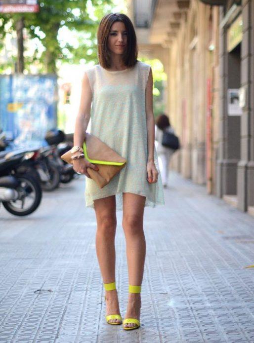 свободное платье с босоножками