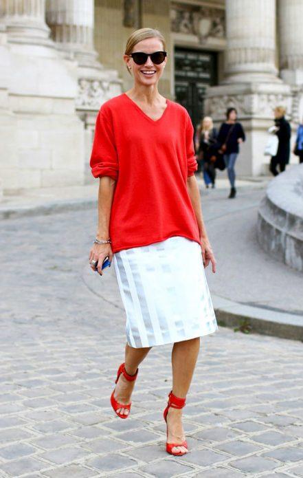 красный джемпер с босоножками