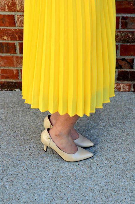 Бежевые туфли под длинную желтую юбку
