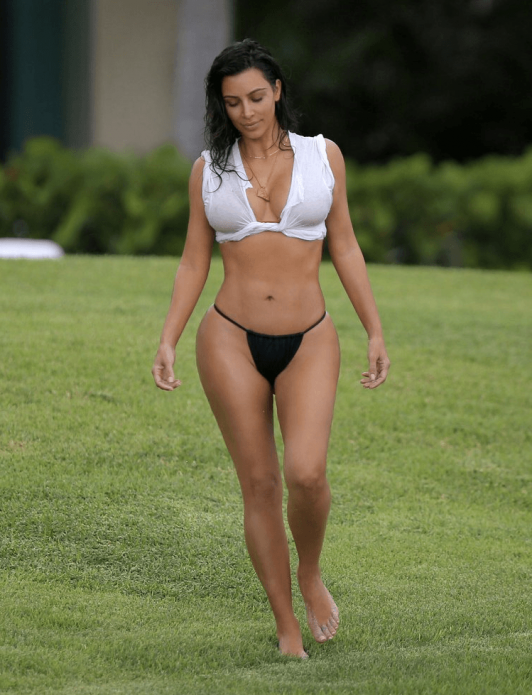 Ким Кардашьян в купальнике