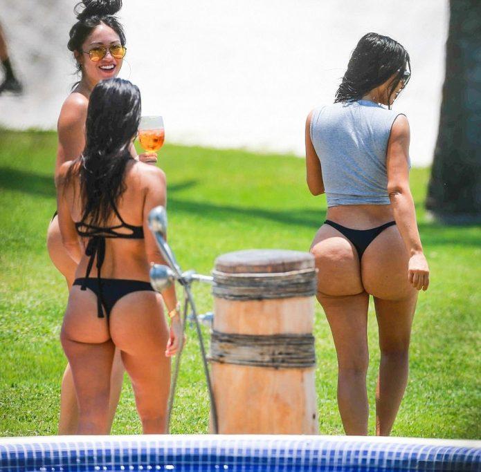 Ким Кардашьян в купальнике без фотошопа