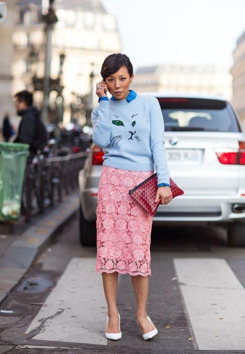 розовая юбка и кофта с принтом