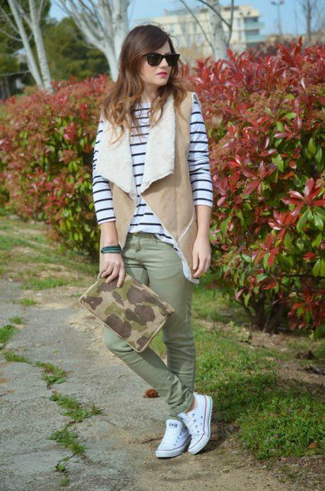 серо-зеленые брюки образ