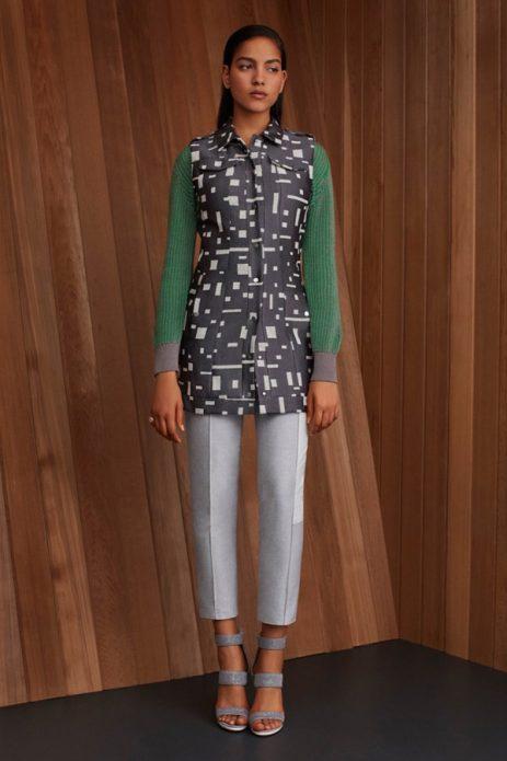 серые брюки и зеленый трикотаж