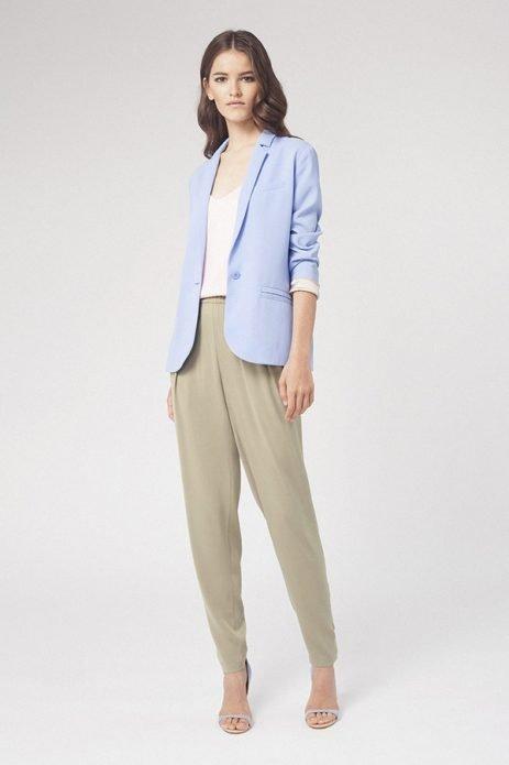 серые брюки с пиджаком лето