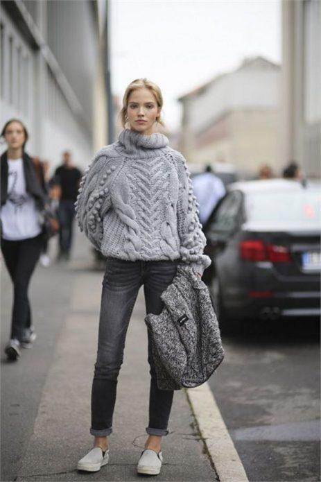 серые брюки и массивный свитер