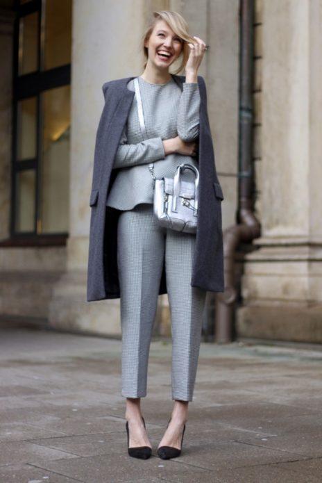 серые брюки образ Шанель