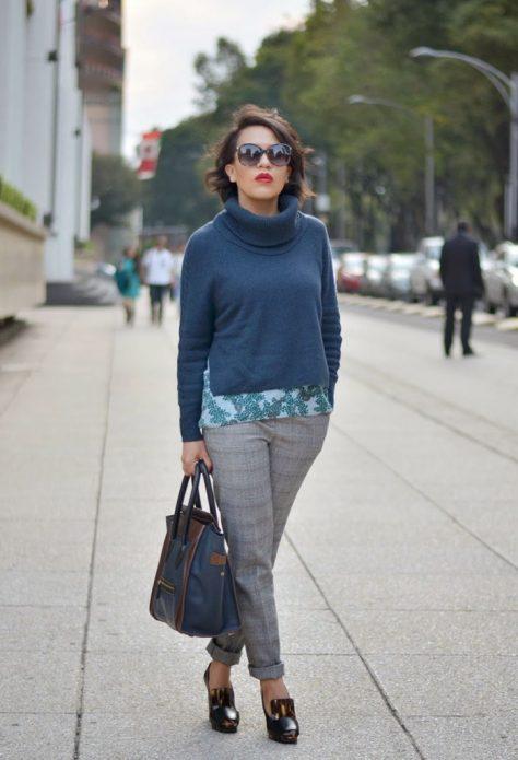 серые брюки и свитер с горловиной