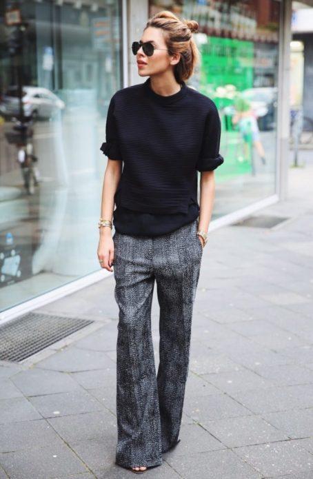 серые брюки с рисунком