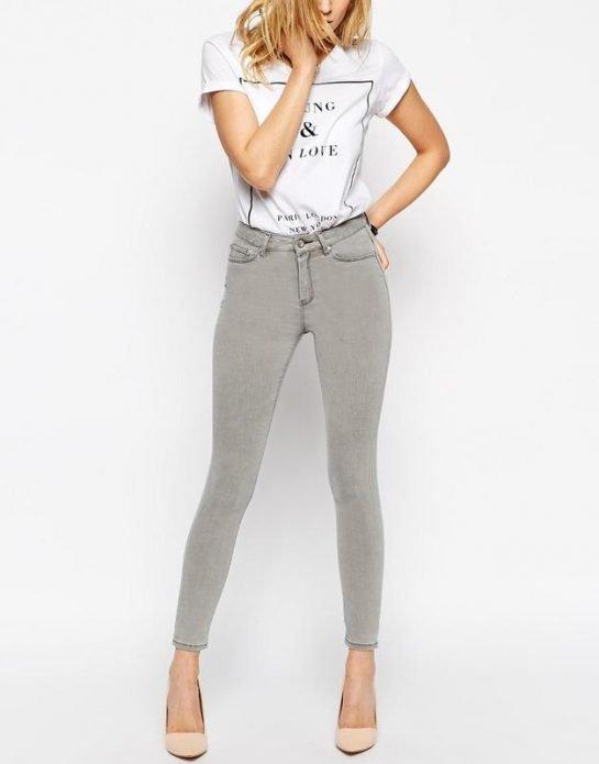 светлые джинсовые серые брюки