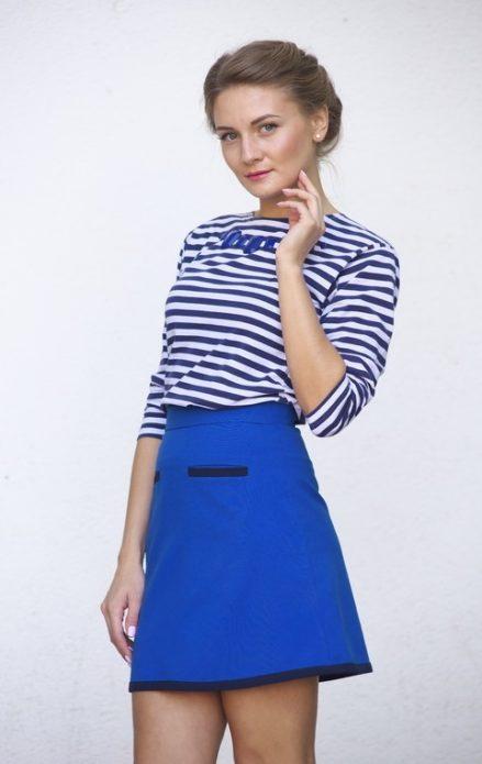 Девушка в тельняшке и синей юбке-миди