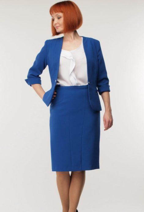 Синий костюм из пиджака и юбки с белой блузкой