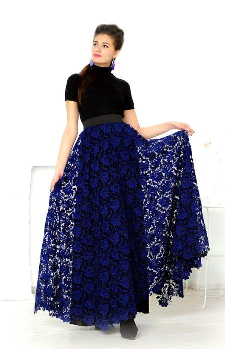 Девушка в черной кофте с кружевной синей юбкой в пол