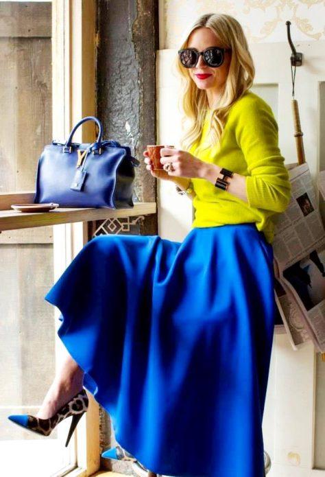 Девушка в желтом джемпере и длинной синей юбке
