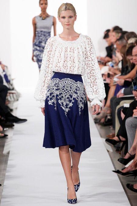 Широкая синяя юбка миди с белым кружевом, с белой кружевной рубашкой и классическими туфлями лодочками